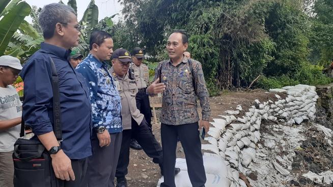 Photo of Johan Budi Alias Jb Kunjungi Tanggul Jebol Grogol Dan Pengungsi Tugurejo