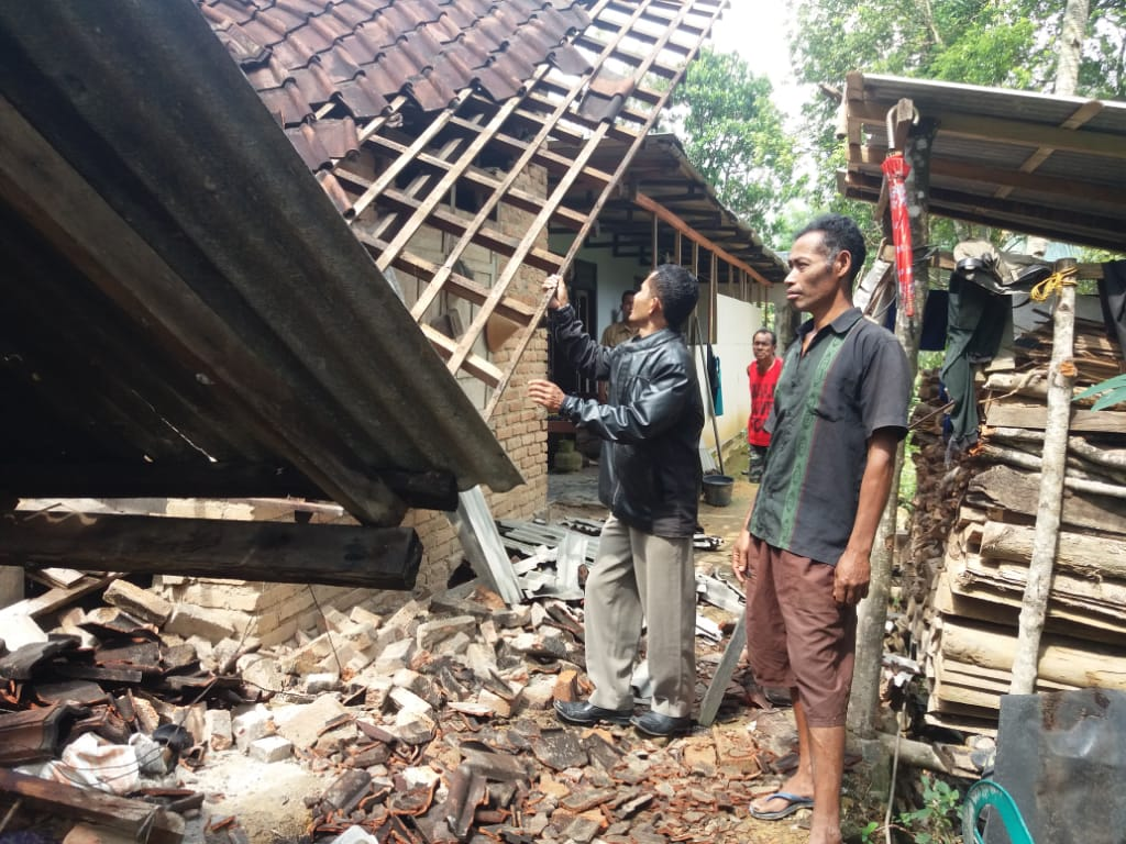 Photo of Tiga Rumah Terkena Longsor Di Ngrayun, Satu Motor Terpendam