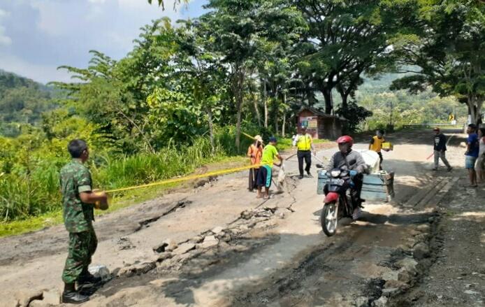Photo of Ambles,  Jalur Ponorogo Pacitan Tidak Bisa Dilewati Kendaraan Berat