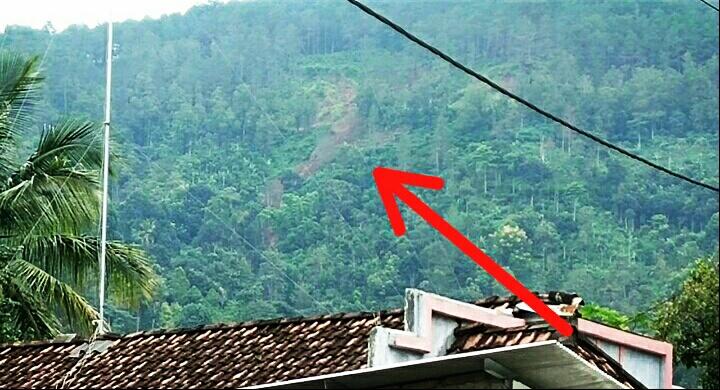 Photo of Gunung Banyon Longsor, Ratusan Warga Desa Talun Ngebel Mengungsi