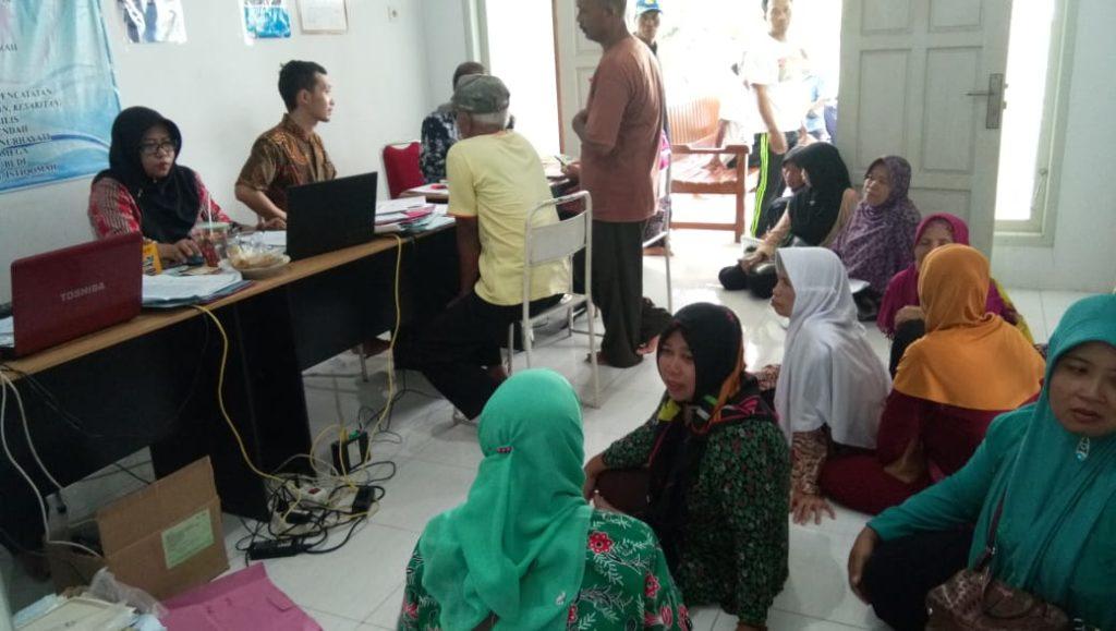 Layanan kepengurusan data kependudukan  berupa pencetakan akta kelahiran bagi lansia di desa Pondok kecamatan Babadan, disambut antusias warga.