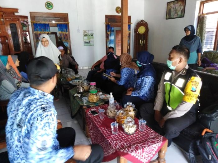 Photo of Polsek  Dan  Puskesmas Jenangan Pantau 8 Warga Negara Asing