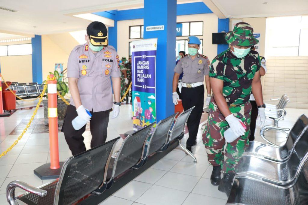 Kapolres Ponorogo AKBP. Arif Fitrianto terjun langsung dalam kegiatan penyemprotan disinfektan untuk antisipasi virus korona di terminal Selo Aji pada Minggu(15/03/2020)