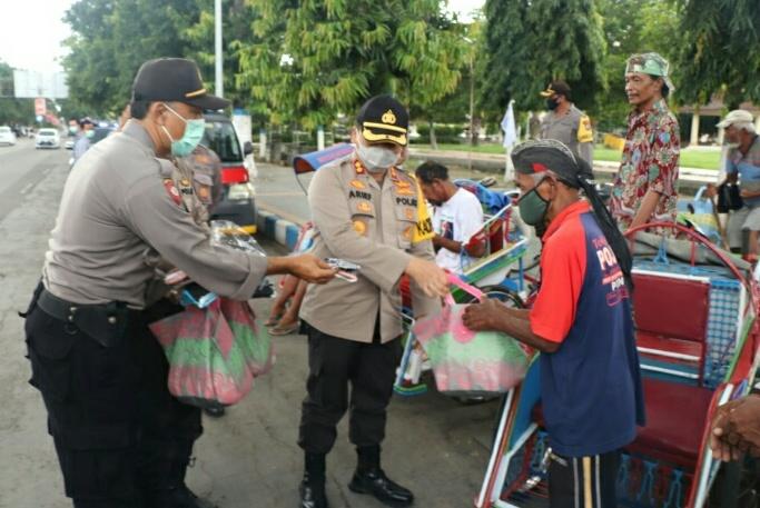 Photo of Terdampak Covid 19, Kapolres Ponorogo Berikan Paket Sembako Dan Masker Pengemudi Becak Kayuh