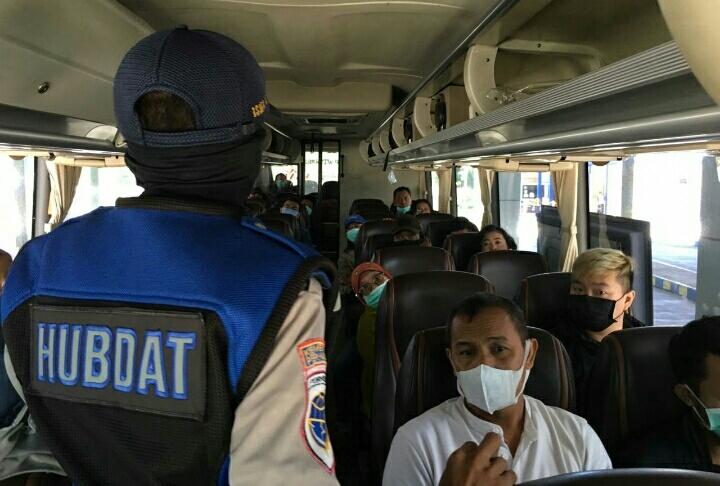 Photo of Naik Bus, Pakai Masker Dulu Ya