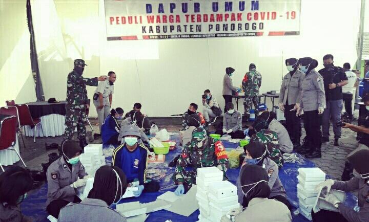 Photo of Polres Bikin Dapur Umum Bersama Kodim Dan Pemkab, Bikin Nasi Kotak Untuk Terdampak Korona