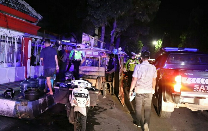 Photo of Petugas Tertibkan Kafe Dan Warung,   Masih Banyak Yang Bandel,