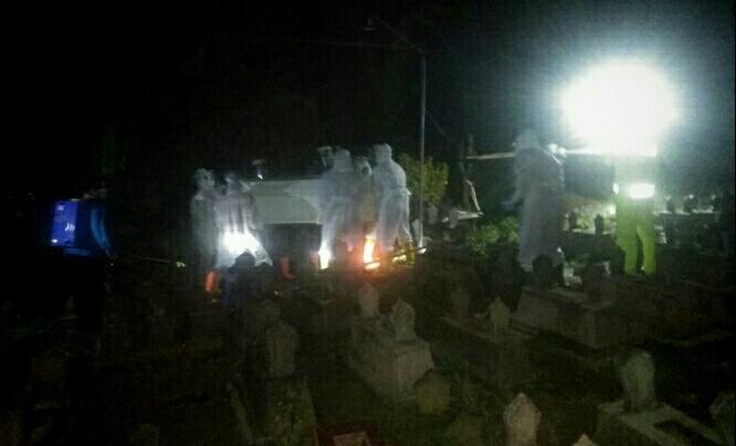 Photo of Pemakaman Jenasah Pasien PDP Sooko Ponorogo Dengan Protokol 19, Polisi Ikut Amankan