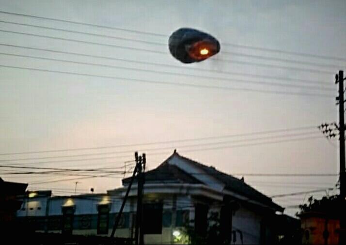 Photo of Sudah 8 Balon Udara Menyangkut Jaringan Listrik PLN Ponorogo,  2 Diantaranya Jaringan Tegangan Tinggi