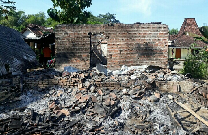 Photo of Apes, Ditinggal Melayat Tetanga Rumah Warga Duri Slahung Ponorogo Ludes Terbakar