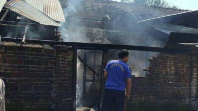 Photo of Ditinggal Ke Sawah. Rumah Warga Setono Terbakar, Separo Ludes